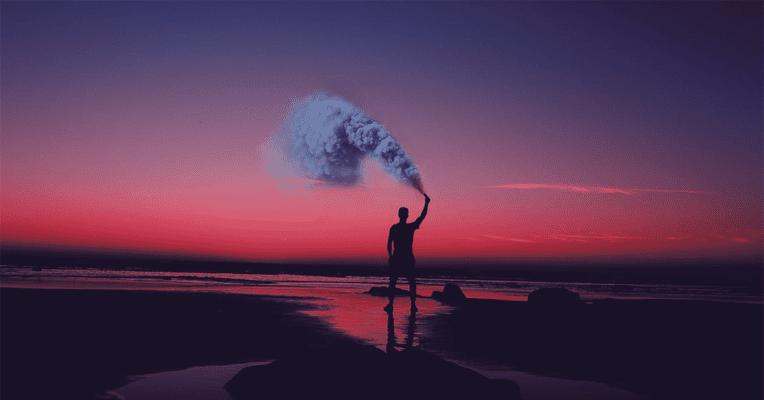 mann drømmer og ser ut mot havet