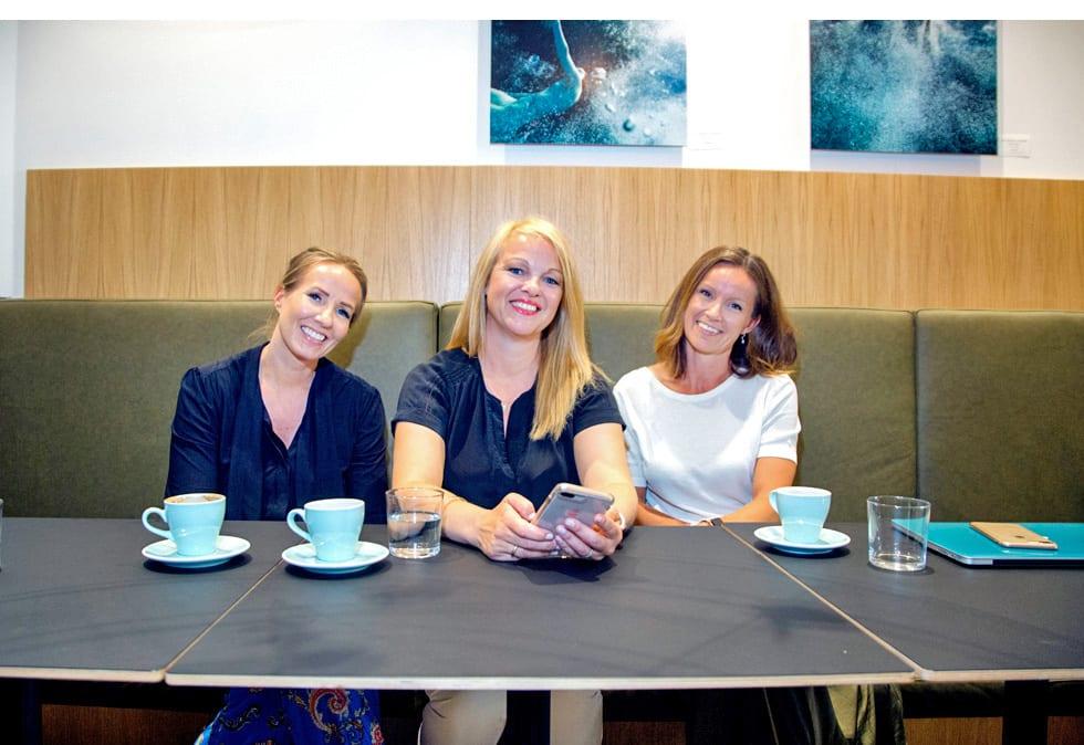 Markedssjefene Trine, Kjersti og Marianne sitter i en sofa