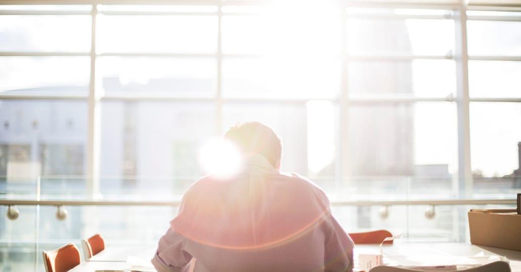 Sol skinner gjennom vinduet på fremtidens markedssjef som jobber