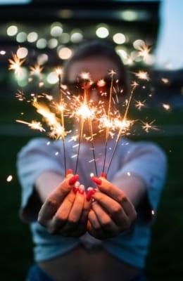 Person med stjerneskudd som feirer at Markedssjefene fyller 5 år