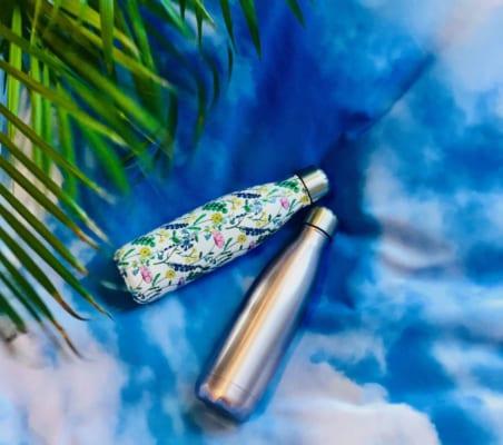 Bilde av to vannflasker i stål og freshe farger