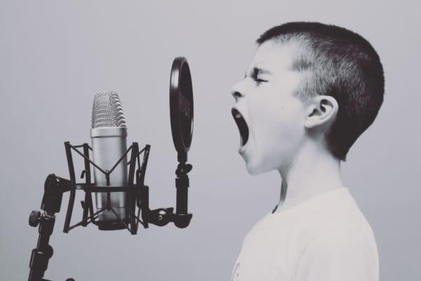 gutt roper i mikrofon