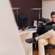 Ung mann jobber på PC