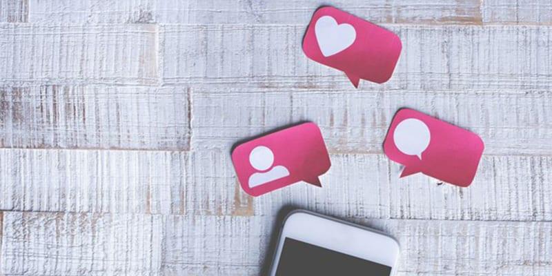 Telefon med bobler fra sosiale medier