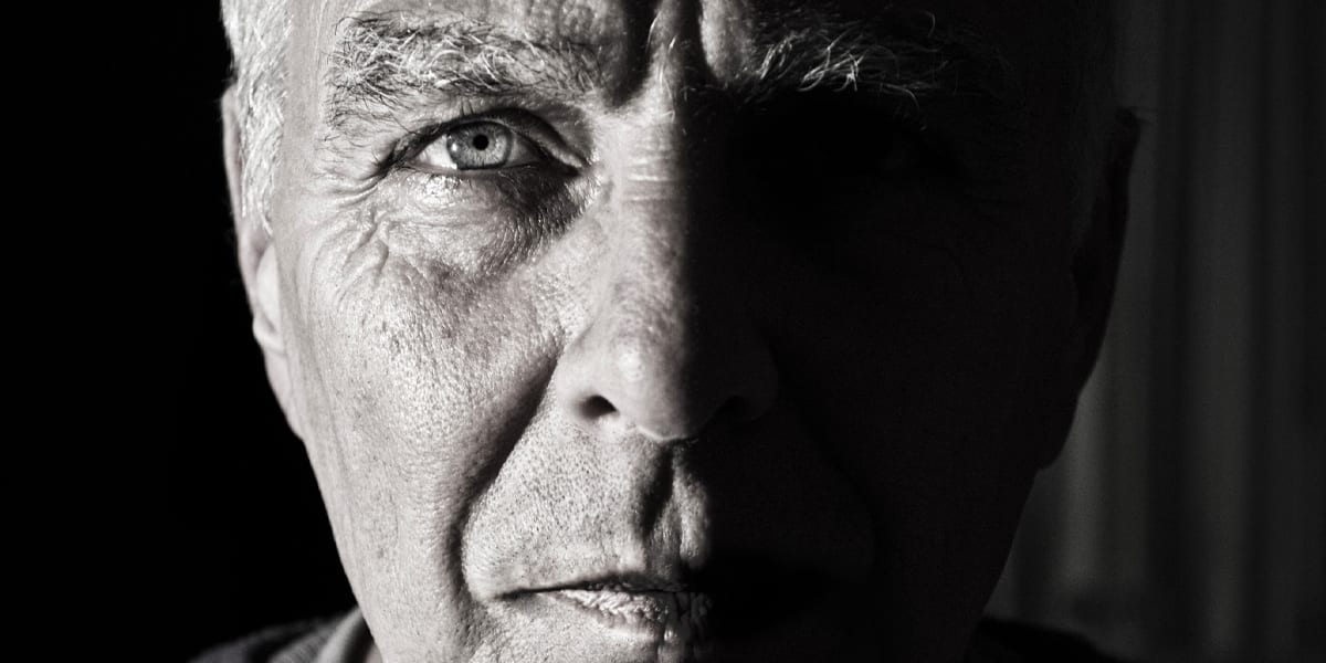 Portrett av eldre mann i svart/hvitt