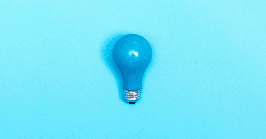 Blå lyspære med blå bakgrunn