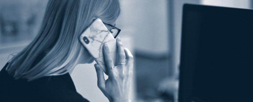 Ansatt snakker i telefon