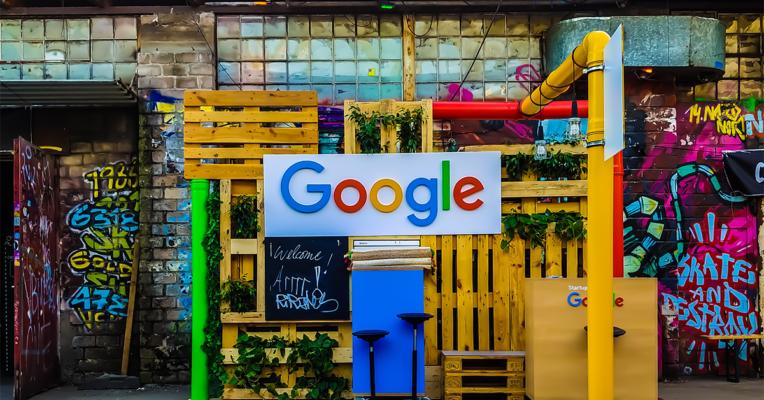 Fargerik stand med google logo