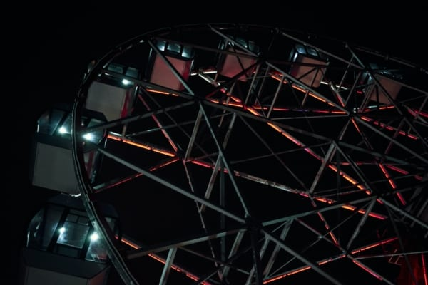 Karusell mot mørk himmel