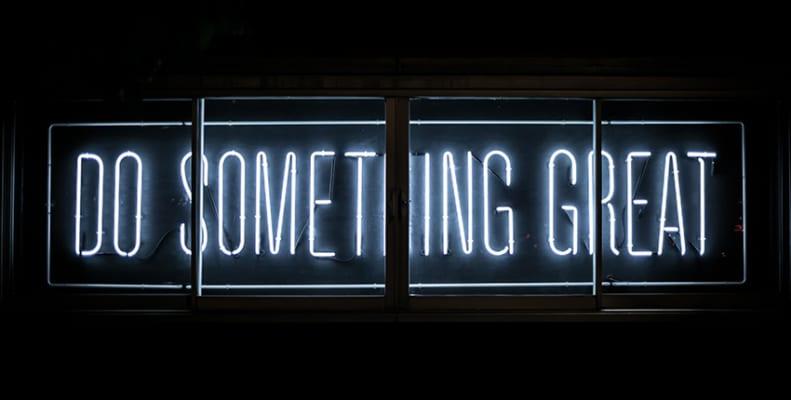 """Neonskilt med teksten """"Do something great"""""""