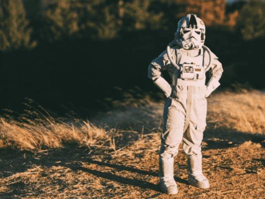 Gutt i Stormtrooper-drakt