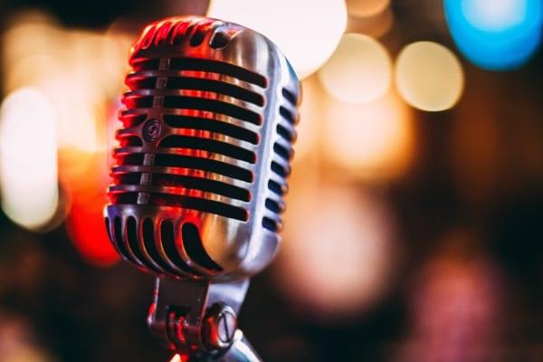 Mikrofon i fokus med uklar bakgrunn