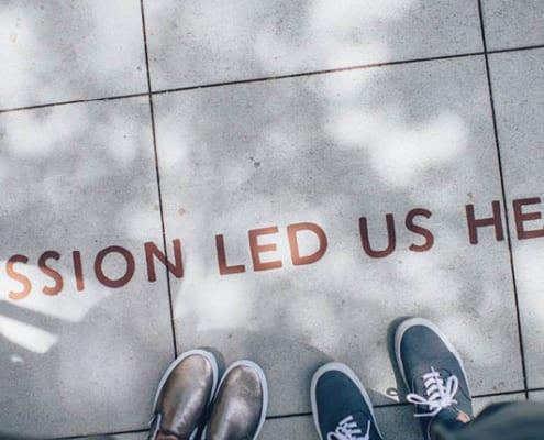 """""""Passion led us here"""" skrevet på fortauet"""