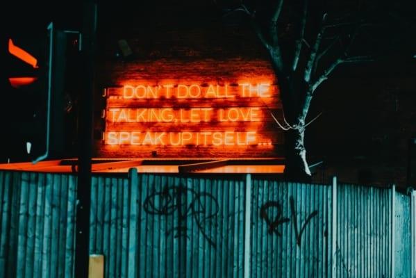 """Neonskilt med teksten """"Don't do all the talking, let love speak up itself"""""""