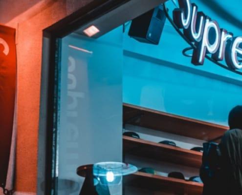 Kvinne i Supreme-butikk