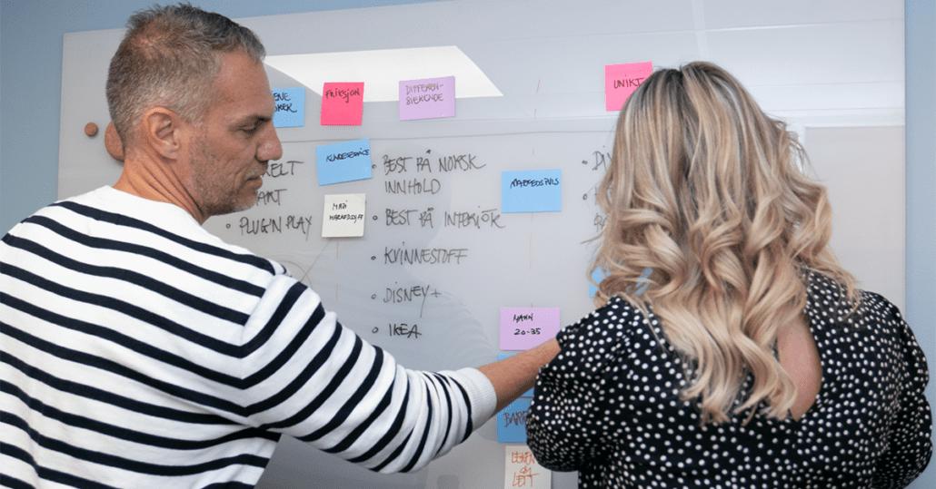 Kjartan og Marianne jobber med markedsføring på tavle