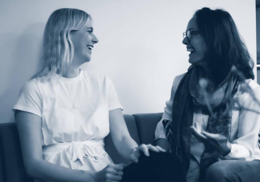 Tanya og Audi snakker og ler sammen
