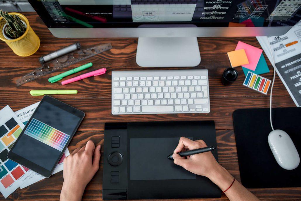 Grafisk design hos Markedssjefene, person jobber på tegnebrett