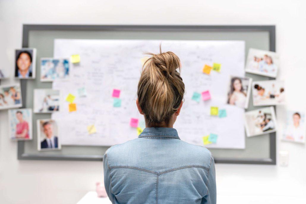 Merkevarestrategi Markedssjefene, kvinne ser på tavle