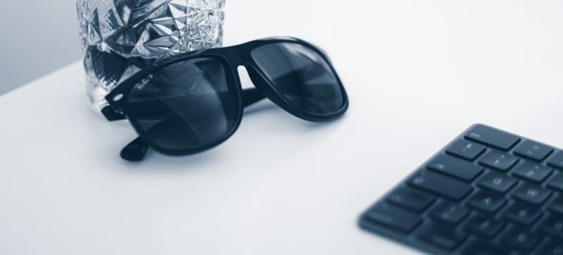 Markedsføre i ferien: Solbriller ligger på bord