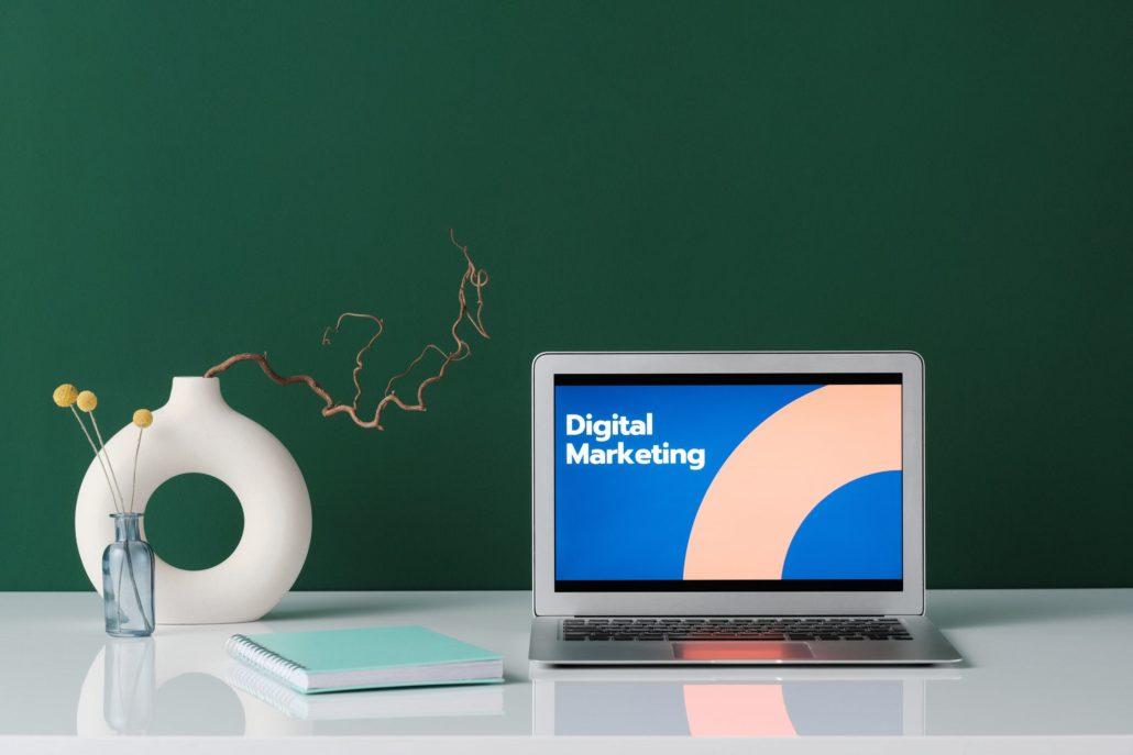 Laptop som viser Digital Markedsføring på skjermen